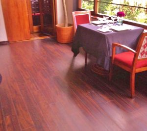 Piso flotante; Piso Laminado; piso flotante en restaurante; piso flotante de alto tráfico; Piso flotante Elegante